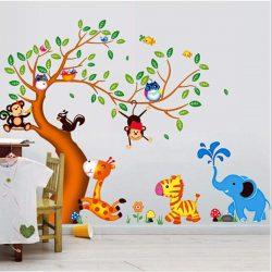 Zöld levelű fa zsiráffal, zebrával, majmokkal, baglyokkal
