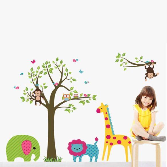 Zöld levelű majmos fák zsiráffal, elefánttal, oroszlánnal